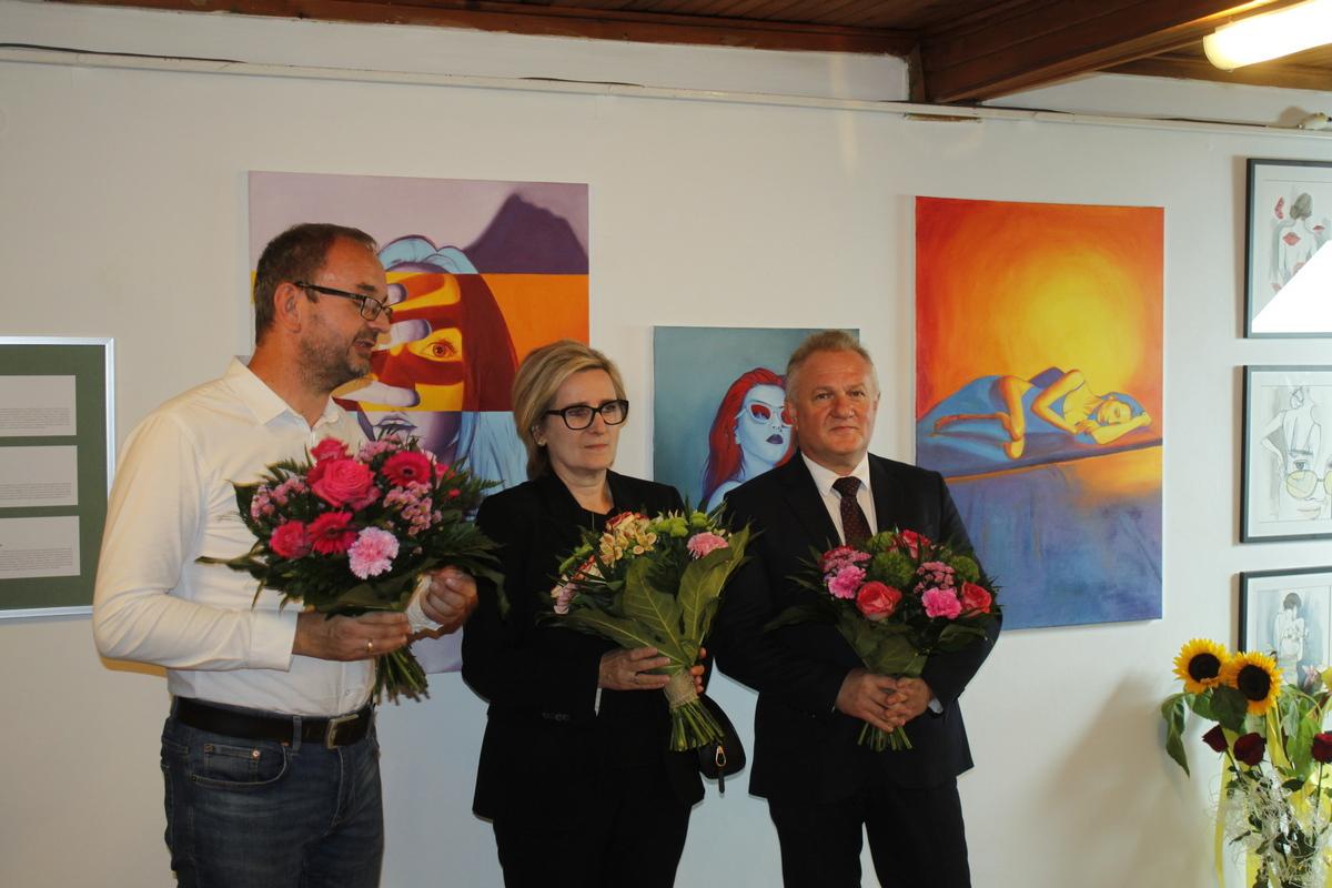 Otwarcie wystawy trzy po trzy, 13 sierpnia 2021 r. w galerii na piętrze